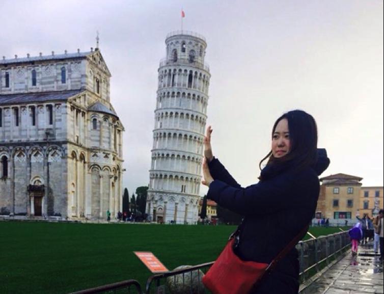 ピサの斜塔を支えているかのような写真を撮影