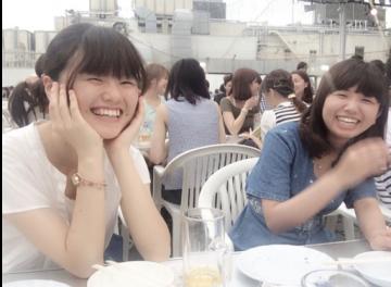 京都のビアガーデンで友人と談笑