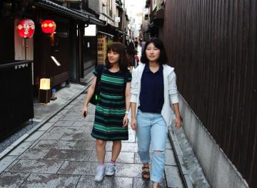 祇園を歩く二人の女子大生