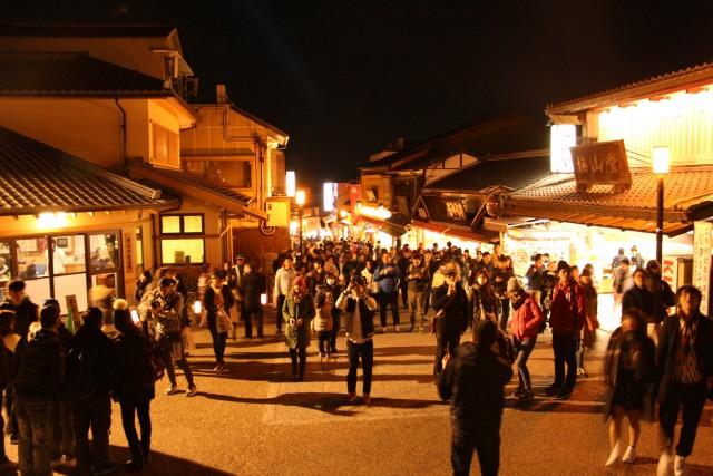 来場者100万人超京のイベント「東山花灯路」で活躍する学生たち