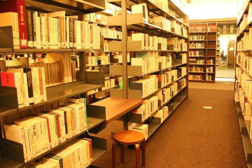 立命館,図書館,平井嘉一郎,本棚,書架,閲覧席,椅子