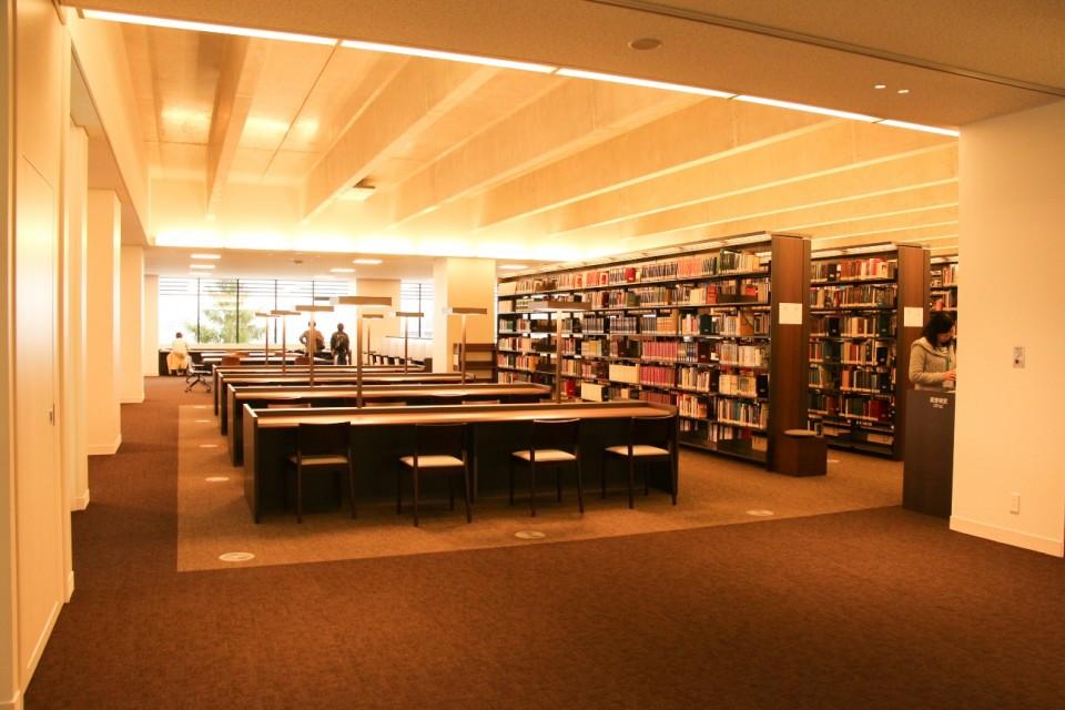立命館,図書館,平井嘉一郎,閲覧席,椅子,自習,本棚,書架