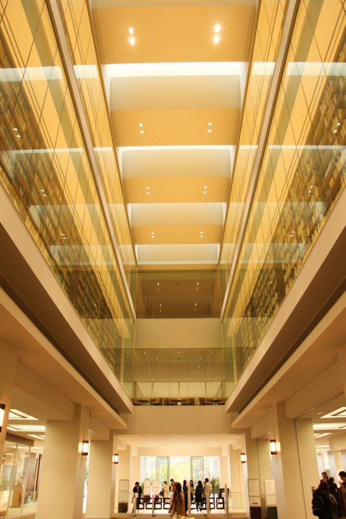 立命館,新しい図書館,平井嘉一郎,吹き抜け,1階,オシャレ