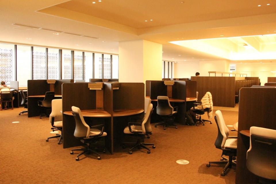 立命館,図書館,平井嘉一郎,閲覧席,コンセント,椅子,勉強,自習,