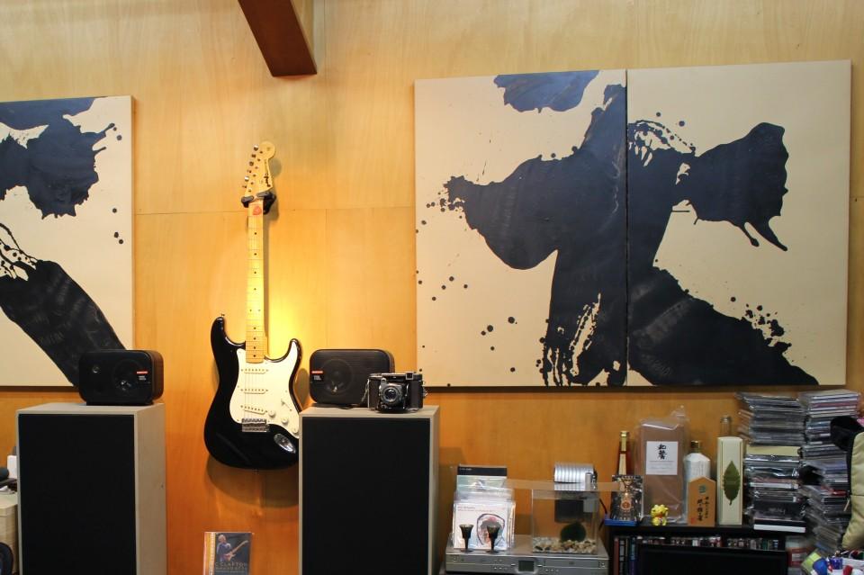 書家の先生のお部屋にカメラやギター…?