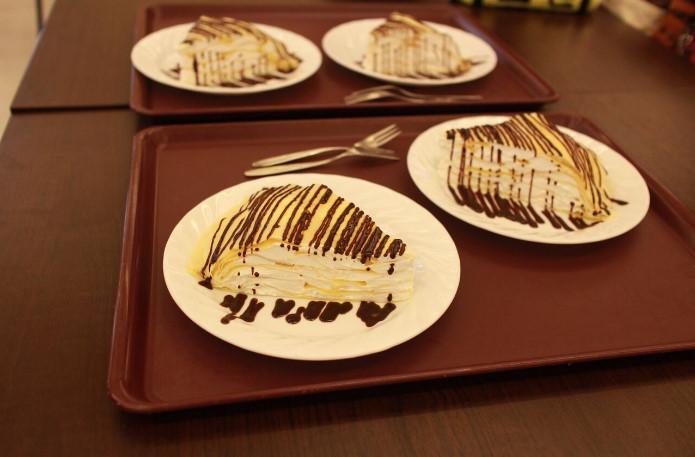 京都橘大学の「絶対綺麗に食べられないミルクレープ」に空きコマ学生が挑戦してみた