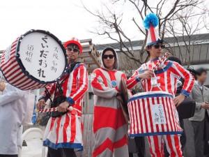【2017年 京大卒業式】「失った常識のかわりに」…コスプレ!?京大流の卒業式とは??