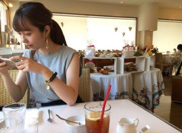 京都のカフェを楽しむ女子大生