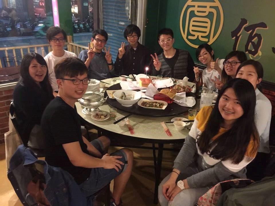 筆者と学生団体のメンバーの写真