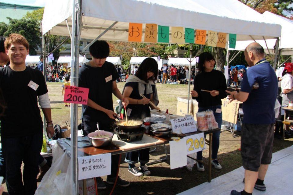 龍谷大学の学生が作る漬け物と野菜炒め。