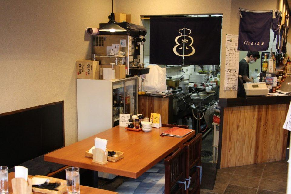 「餃子処 太八」のテーブル席