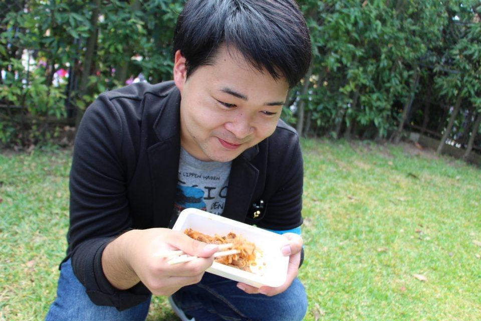 豚キムチをおいしそうに食べる京都学生広報部編集長