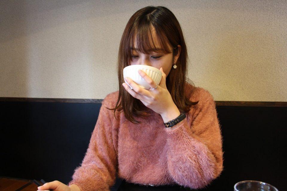 「餃子処 太八」のスープを飲む広報部員