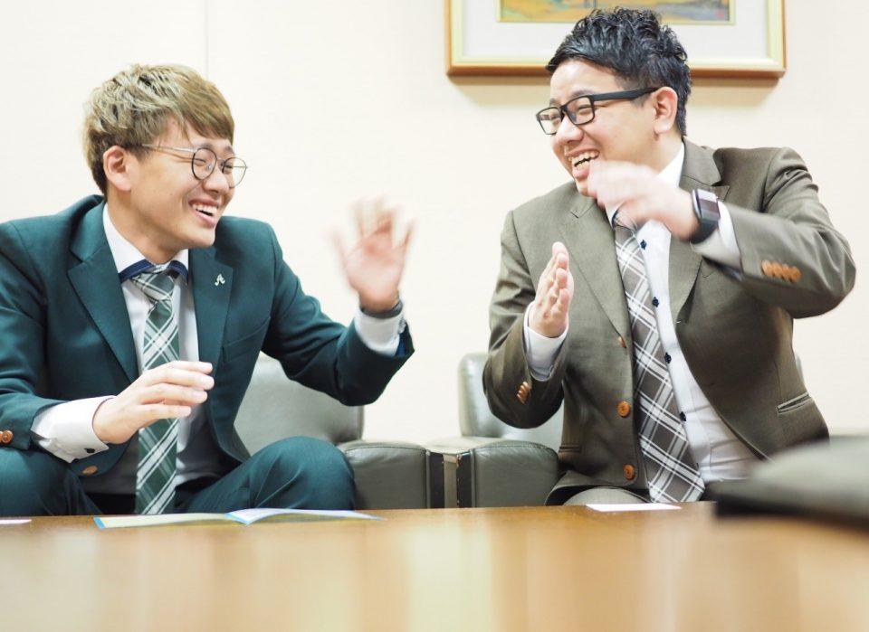 インタビューを受けるミキ、亜生さん、昂生さん