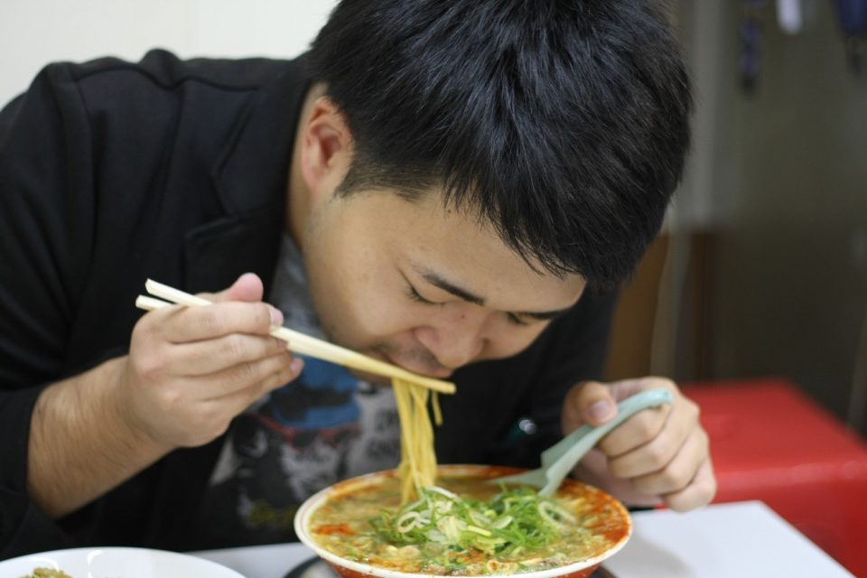 「タンポポ」のラーメンを食べるコトカレ編集長