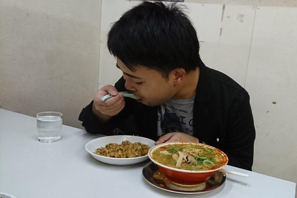 「タンポポ」の焼きめしを食べる編集長