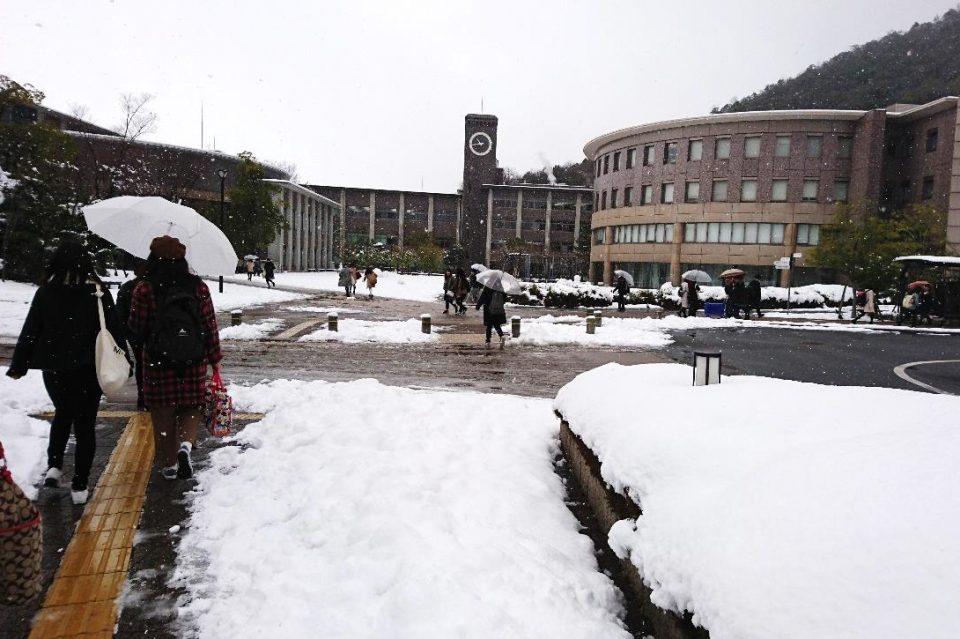 雪の日の立命館大学の様子