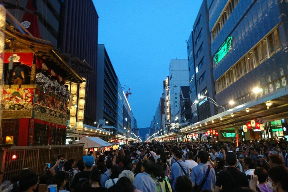 祇園祭の混雑の写真