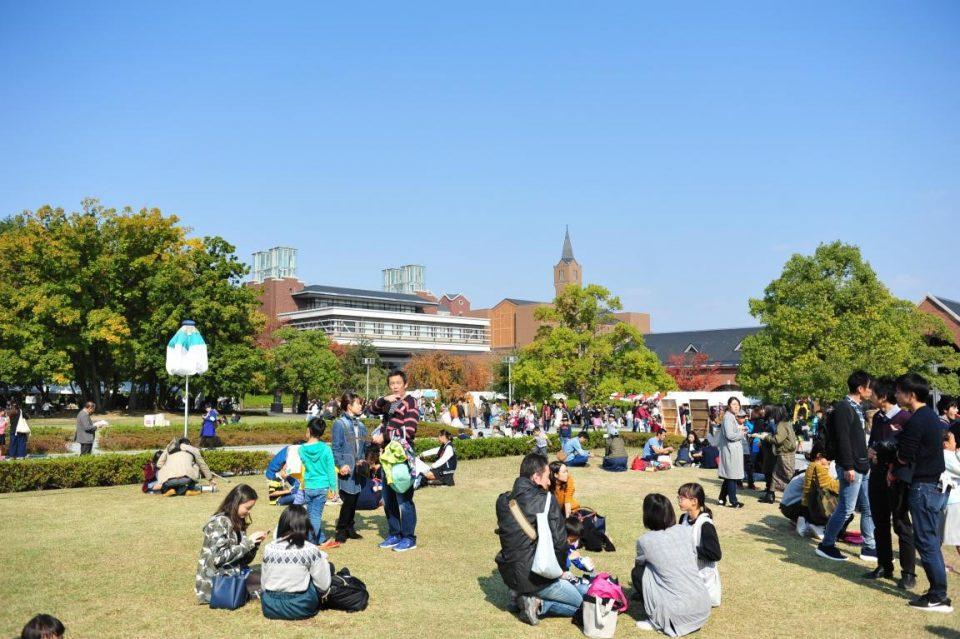 同志社大学の京田辺キャンパスの広場